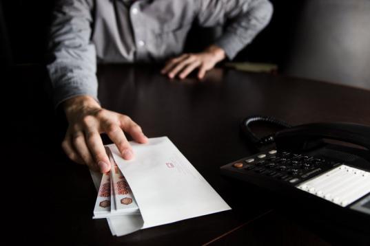 Бывший сотрудник крупной фирмы в Череповце подозревается в получении почти 5 млн рублей коммерческого подкупа