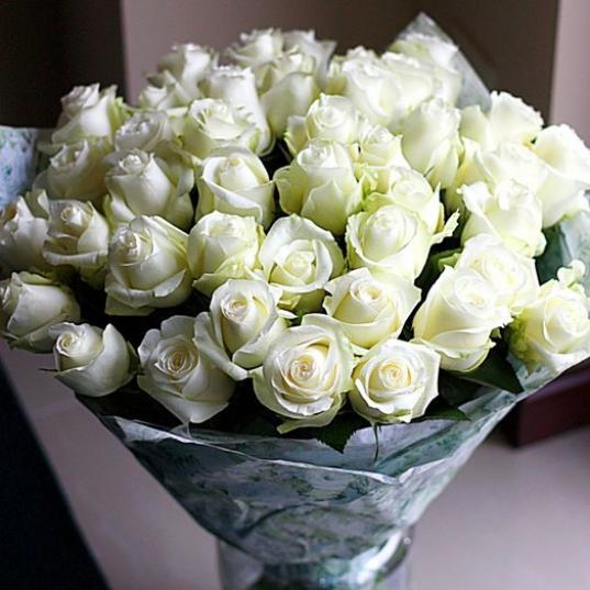 В Череповце молодой человек украл в магазине букет из 35 белых роз