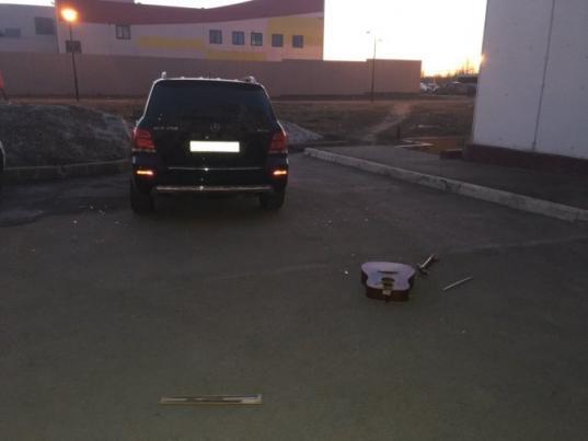 Череповчанин разбил «Мерседес» соседей, выкинув на него из окна свою гитару