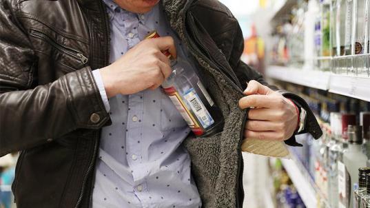 Вологжанин кидал пирожками и яйцами в продавца магазина, который отказался купить у него алкоголь