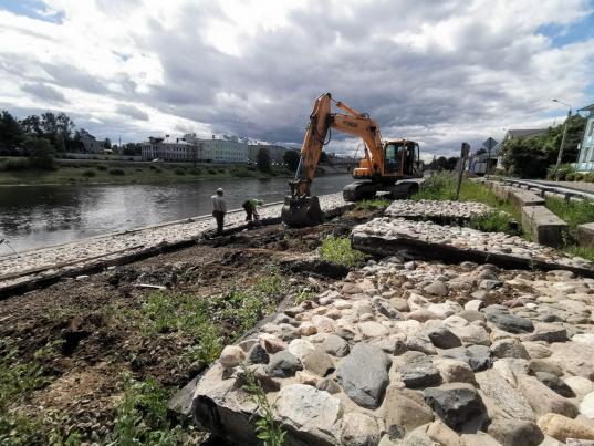 ВВологде «Магистраль» демонтирует верхнюю часть каменной наброски набережной