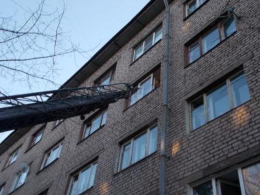В Череповце с подоконника открытого окна сняли девочку, родители которой были пьяны