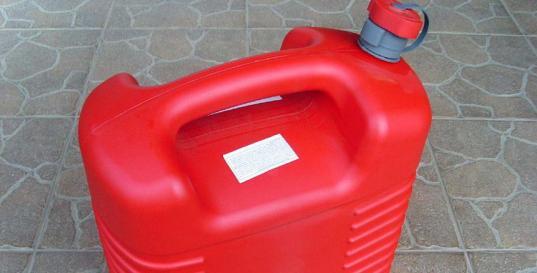 Вологжанин слил 120 литров топлива с припаркованного КамАЗа и увез в канистрах на тачке