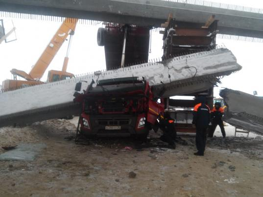 В Вологодском районе на грузовик упала балка строящегося моста: водитель погиб