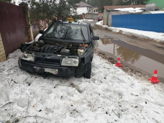 Пьяный школьник из Череповца врезался на своем автомобиле в гараж и застрял в сугробе