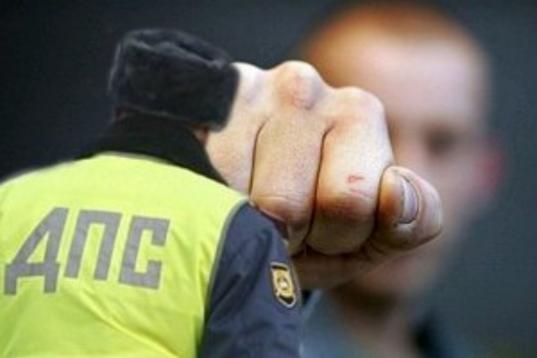 Вологжанин накинулся с кулаками на полицейского, заступаясь за друга