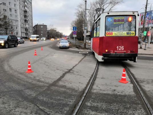 В Череповце трамвай сбил школьника, перебегавшего дорогу на красный свет