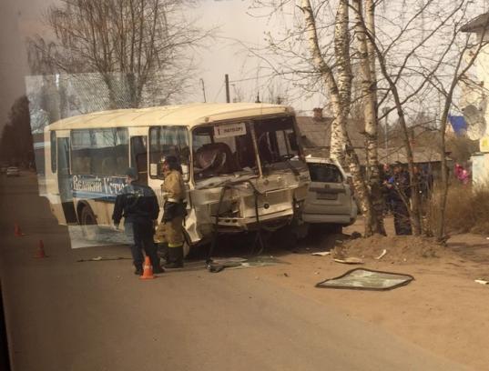 В Великом Устюге внедорожник врезался в автобус с пассажирами