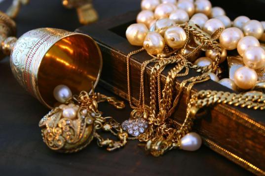 Cотрудница ювелирного салона в Череповце украла на работе украшений на один миллион рублей