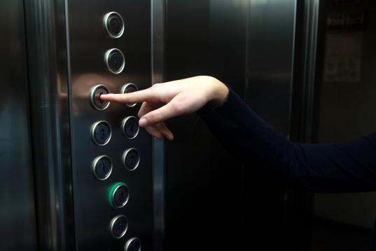 В Череповце 15-летний подросток напал на женщину в лифте, пытаясь задушить