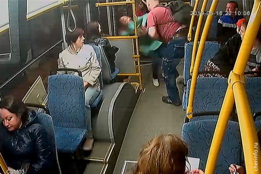 В Череповце хулиган, не желая оплачивать проезд сына, выкинул кондуктора из автобуса