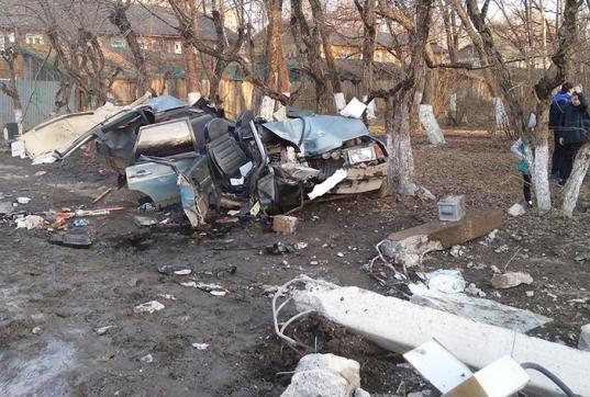 В Соколе автомобиль развалился на части после удара в столб электропередач