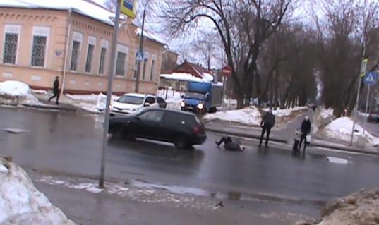 """В Череповце водитель """"Фольксвагена"""", принадлежащего 17-летнему молодому человеку, сбил девушку"""