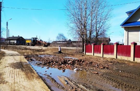 Лужу имени главы Белозерского района Евгения Шашкина засыпают строительным мусором