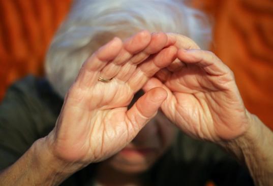 В Тарногском районе три женщины ночью ворвались в дом к пенсионерке и ограбили ее