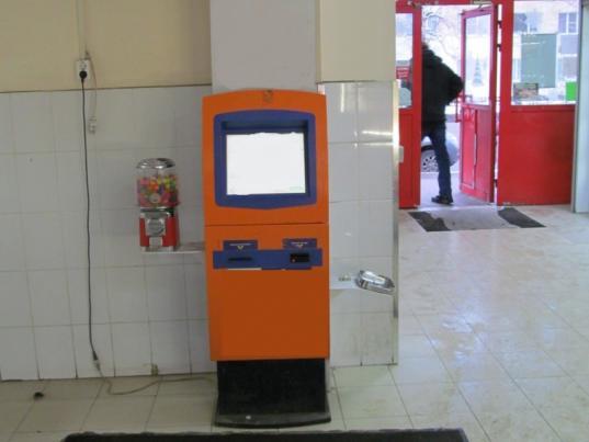 В Вологде подросток застрял в автомате со жвачками, пытаясь украсть одну из них