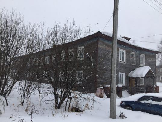 В Соколе чиновники не видят проблемы в том, что семьи с детьми живут в разваливающемся доме