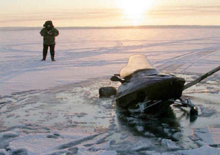 Снегоход провалился под лёд в Вологодской области
