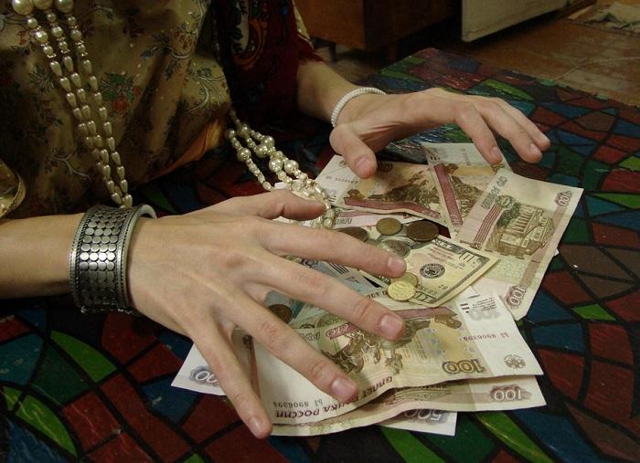 Вологодские пенсионерки отдали аферистке деньги и украшения за снятие порчи