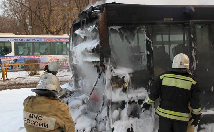 В Череповце на остановке загорелся маршрутный автобус