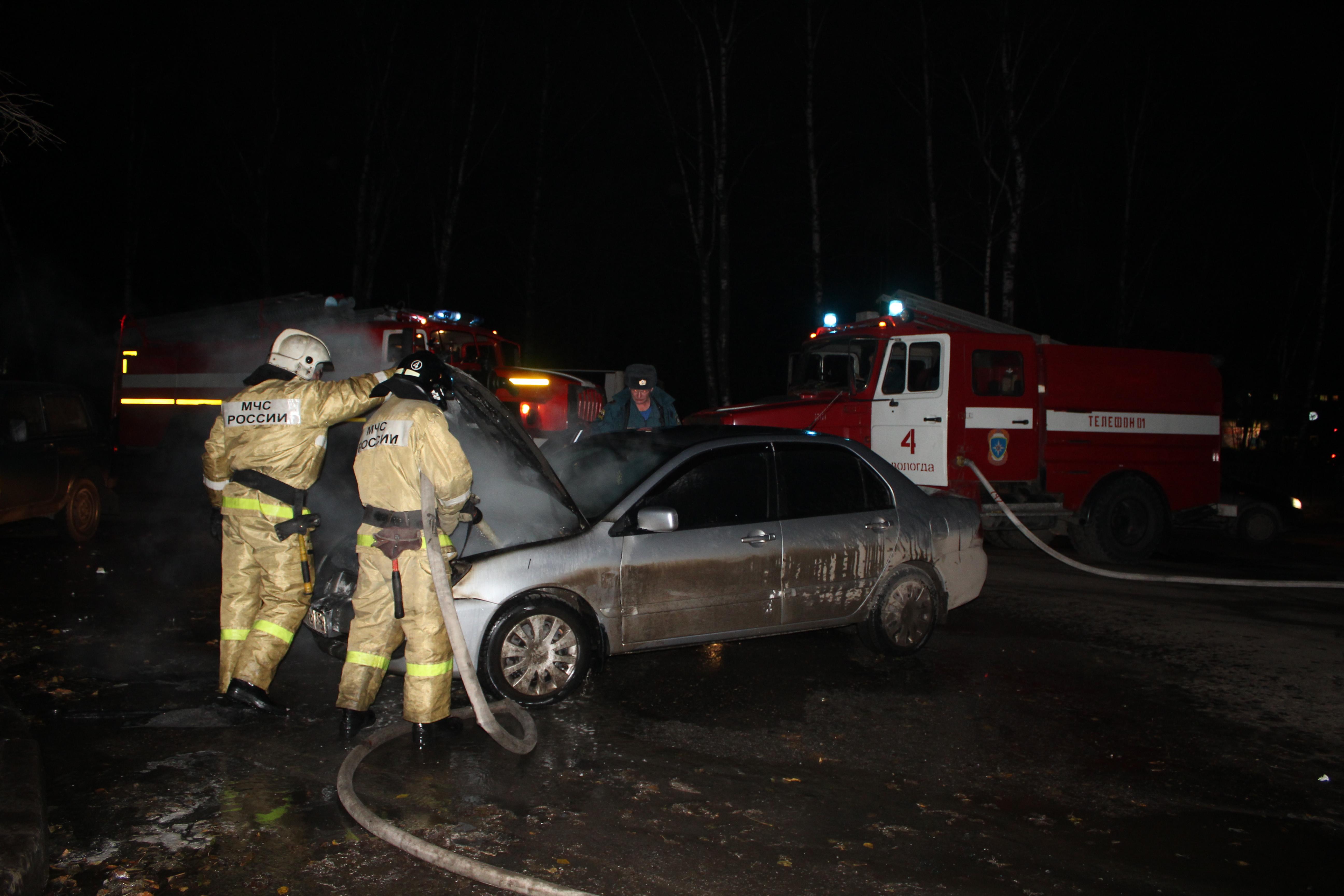 Автомобиль загорелся на ходу в центре Вологды