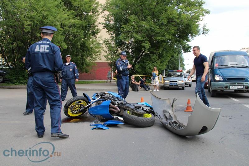 """В Череповце столкнулись """"Тойота"""" и дорогой мотоцикл"""