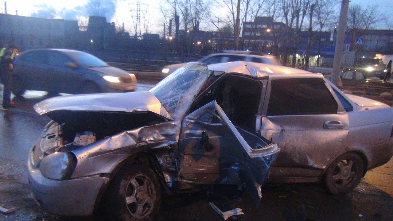 В Череповце столкнулись «Лада» и «Ниссан»: водитель отечественного авто погиб
