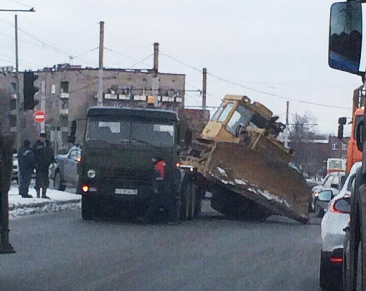 Большой трактор съехал с трала на проезжую часть в Череповце