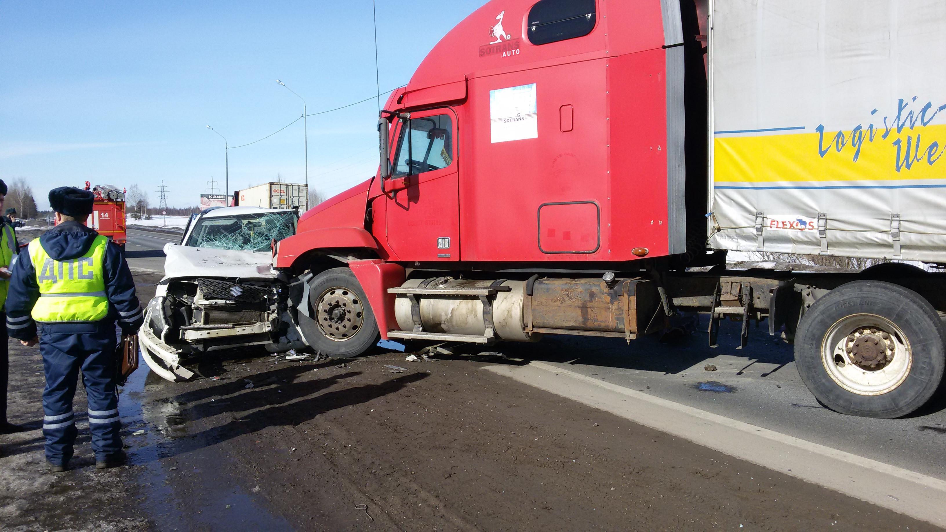 Два грузовика и внедорожник столкнулись на трассе в Череповецком районе