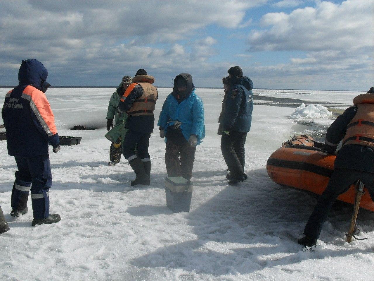 На льду Белого озера 68 рыбаков оказались отрезанными от берега
