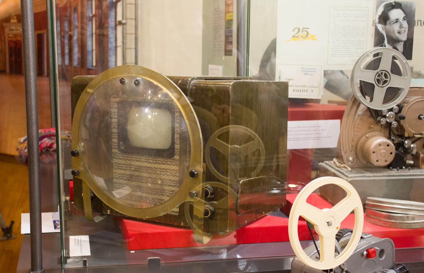 """Кино через линзу с водой: посетителям """"Ночи музеев"""" показали телевизор """"КВН-49"""""""
