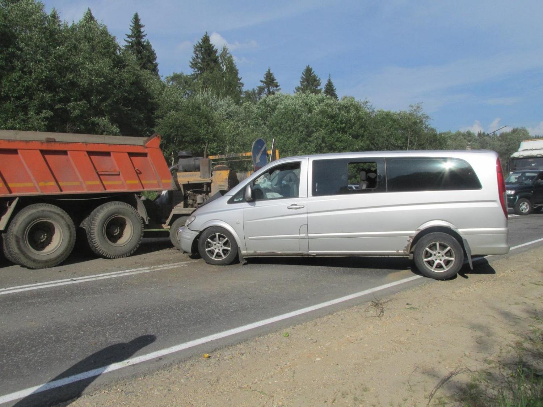 В Сокольском районе водитель микроавтобуса уснул за рулем и врезался в цистерну дорожников