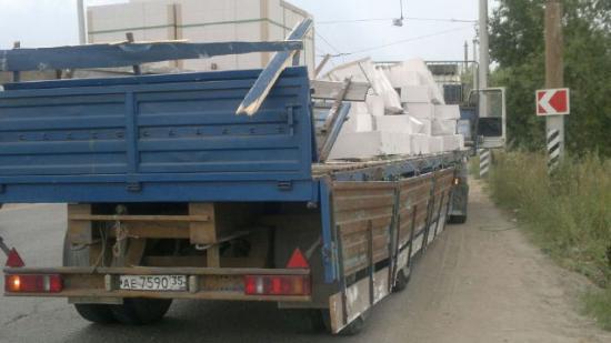 из этого грузовика высыпались блоки, сейчас почти все погрузили