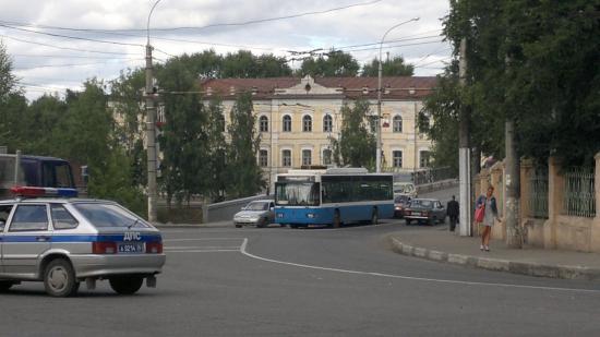 Два троллейбуса остановились с обеих сторон Октябрьского моста. В результате этого движение в сторону центра города было сильно затруднено. Двигаться можно было только в правой полосе