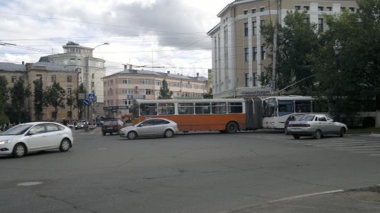 Один троллейбус остановился прямо на перекрестке улиц Мира и Лермонтова.