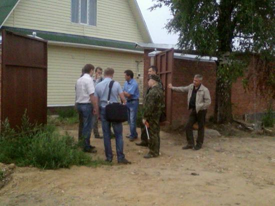 В одном из домов поселка разместился оперативный штаб по поиску ребенка.