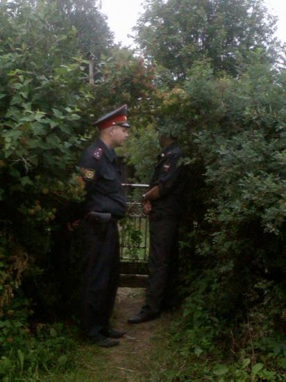 Сотрудники полиции дежурят у входа в дом, где живут родители пропавшего ребенка.