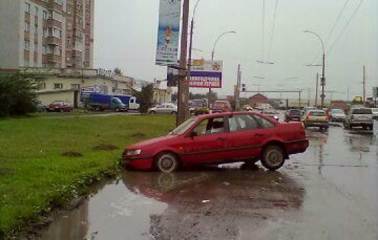 А сколько еще таких ям на вологодских дорогах?! И осенняя вода их, наверняка, прекрасно скроет :) Будьте осторожны!