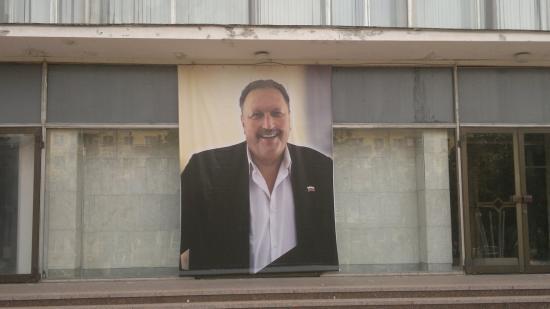 Большой баннер с портретом Михаила Сурова был вывешен на здании концертного зала Русский Дом