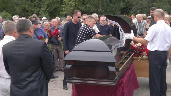 На кладбище приехали самые родные и близкие. Их оказалось несколько сотен