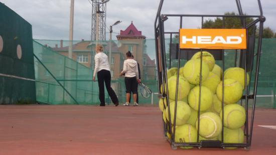 На стадионе Витязь есть 2 корта с резиновым и грунтовым покрытием. Ракетки и мячики прилагаются