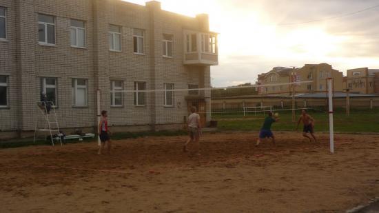 А еще можно поиграть в волейбол