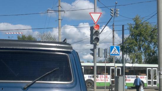 А уж про светофор на перекрестке Окружное-Гагарина я вообще молчу. Если его уже сейчас чинят по десять раз в день. Он замыкает постоянно. То как перекресток будет справляться с большим потоком?! Короче, ждем открытия...