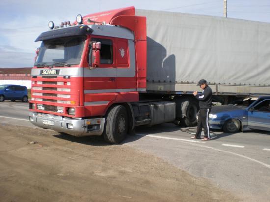 """Грузовик начал разворачиваться. Водитель """"Лады"""" не успел во время среагировать на этот маневр и въехал в фуру."""