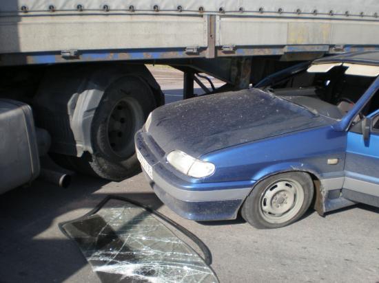 Удар был такой сильны, что водитель легковушки оказался на сидении пассажира.