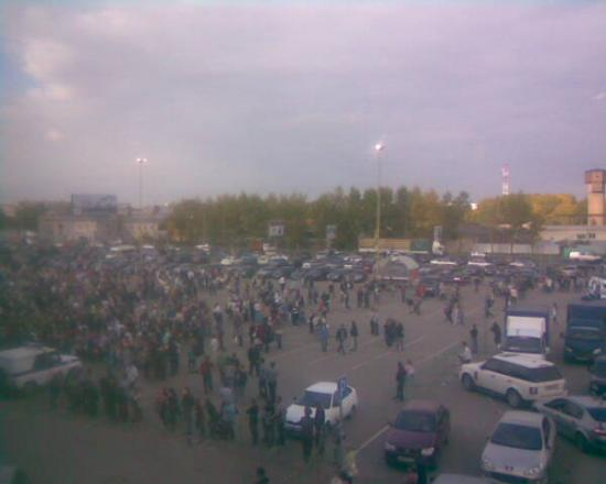 Все места на парковке перед торговым центром оказались заняты уже через полчаса после начала мероприятия.