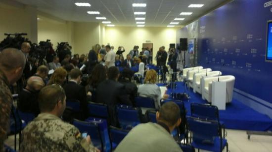 В специальном зале поставили кресла для приглашенных гостей и политиков