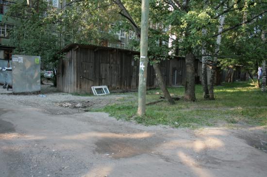 Это атавизм советского наследия, когда близлежащие дома отапливались дровами. теперь там бомжатник.