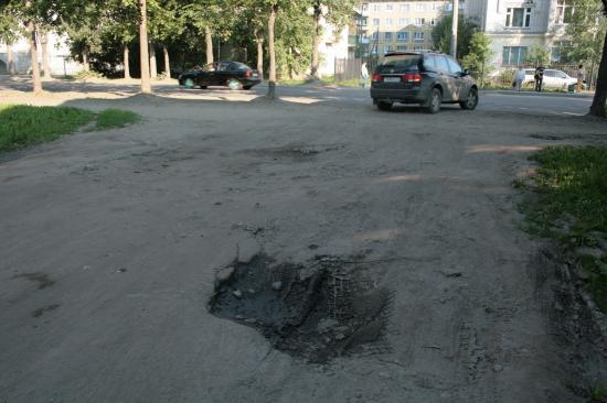 Поное отстутвие проезжей части и тротуара во дворе. А так же детской площадки.