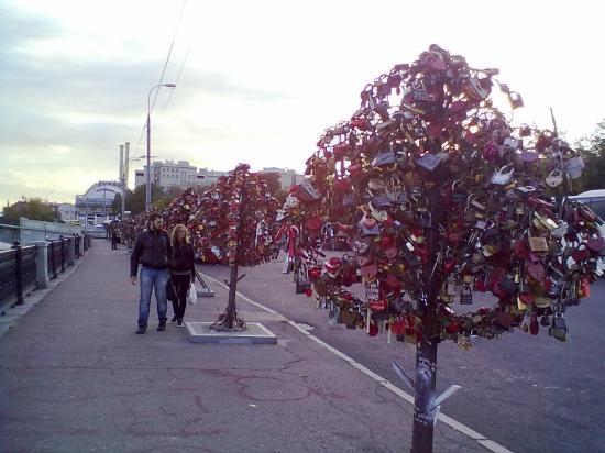 Деревья с замками на Болотной. Свадьбы!